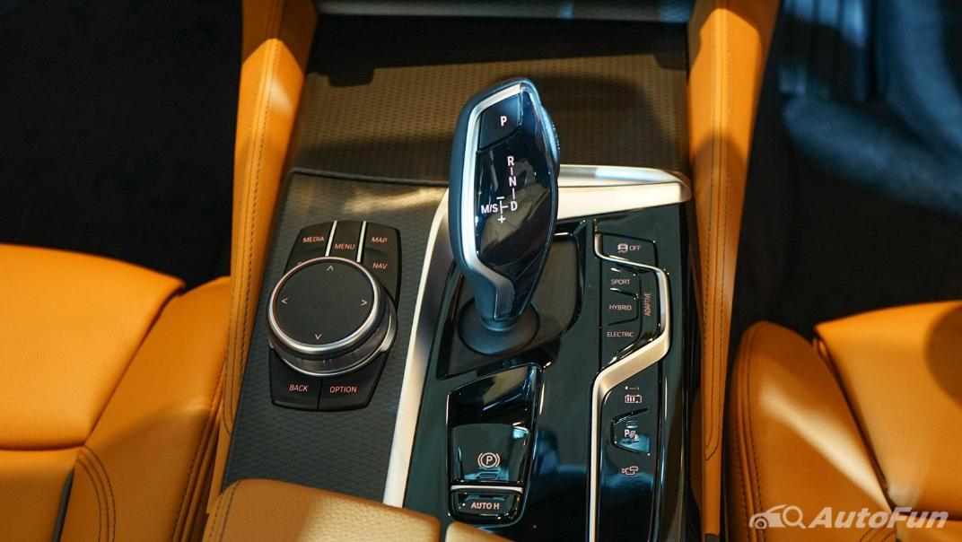 2021 BMW 5 Series Sedan 530e M Sport Interior 008