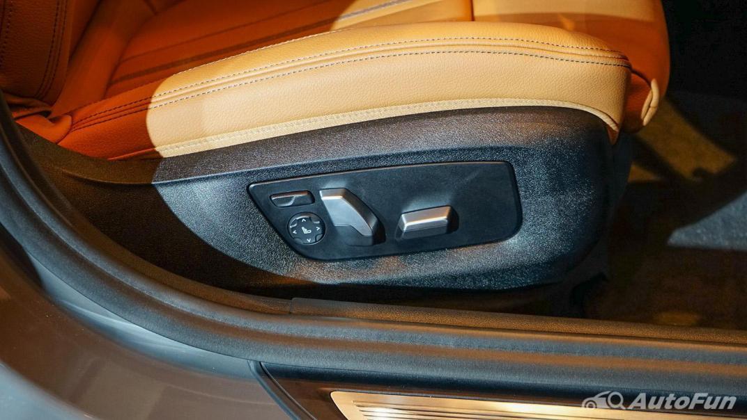 2021 BMW 5 Series Sedan 530e M Sport Interior 011