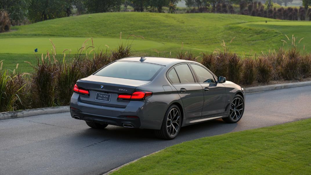 2021 BMW 5 Series Sedan 530e M Sport Exterior 045