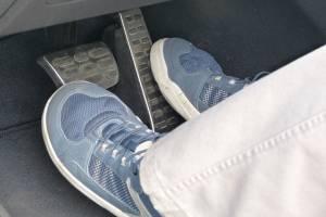 ทำไมคนเรา ถึงไม่ควรขับรถเกียร์อัตโนมัติด้วยสองเท้า? ทั้งที่ใช้เบรกได้เหมือนกัน