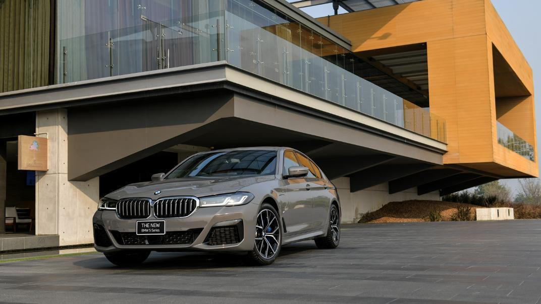 2021 BMW 5 Series Sedan 530e M Sport Exterior 026