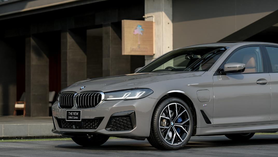 2021 BMW 5 Series Sedan 530e M Sport Exterior 032