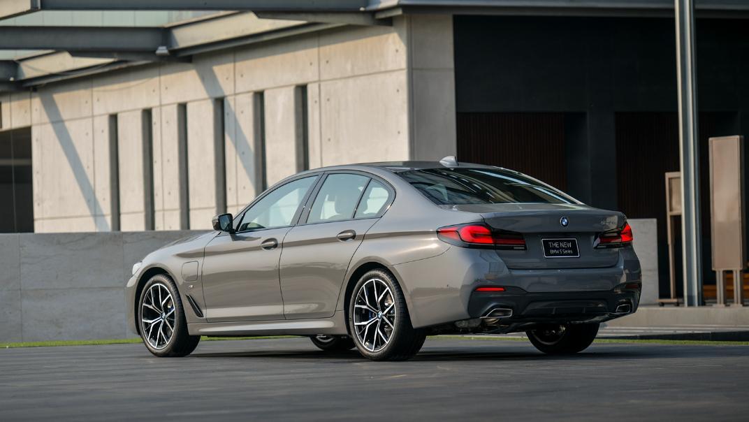 2021 BMW 5 Series Sedan 530e M Sport Exterior 029
