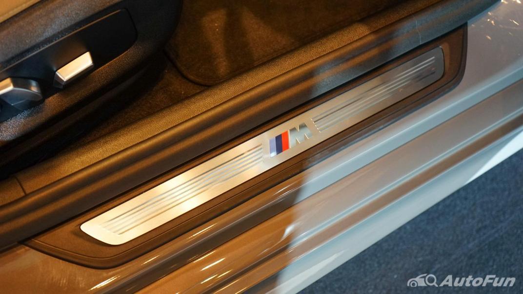 2021 BMW 5 Series Sedan 530e M Sport Interior 012