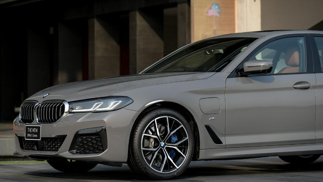 2021 BMW 5 Series Sedan 530e M Sport Exterior 033
