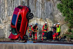 Volvo ทิ้งดิ่งรถจากความสูง 30 เมตร ทดสอบความปลอดภัย - วัดความสามารถทีมกู้ภัย
