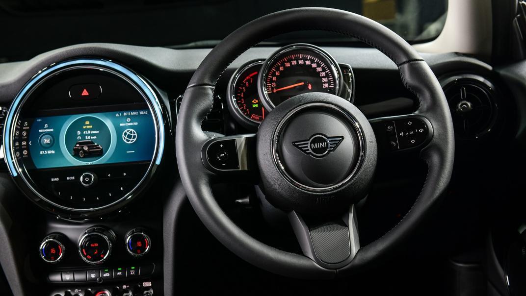 2021 MNI 3-Door Hatch Cooper Interior 002