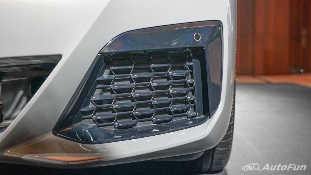 2021 BMW 5 Series Sedan 530e M Sport Exterior 013