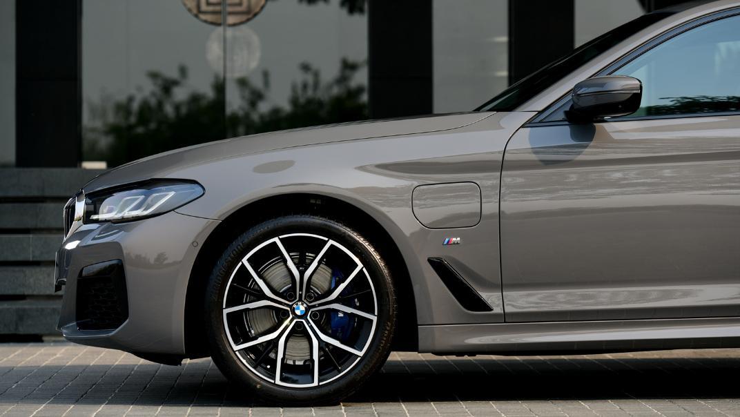 2021 BMW 5 Series Sedan 530e M Sport Exterior 040