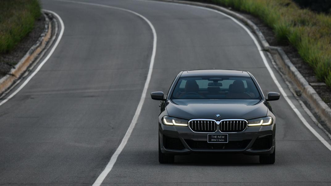 2021 BMW 5 Series Sedan 530e M Sport Exterior 046