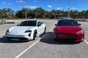 เอาคู่แข่งมายำโดย Porsche นำรถ Tesla Model S ให้ลองขับเทียบกับ Taycan ออกสื่อซะเอง