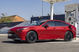 Toyota เตือนคู่แข่งก่อนไปไฟฟ้าล้วน เผยแผนทำรถ Fuel cell ขายคู่กันไป คุณจะเลือกอะไร ?