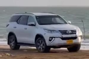 แน่นอนจริง ๆ 2021 Toyota Fortuner โชว์ดริฟท์ริมหาดก่อนพบจุดจบแบบคุ้มค่าเน็ต