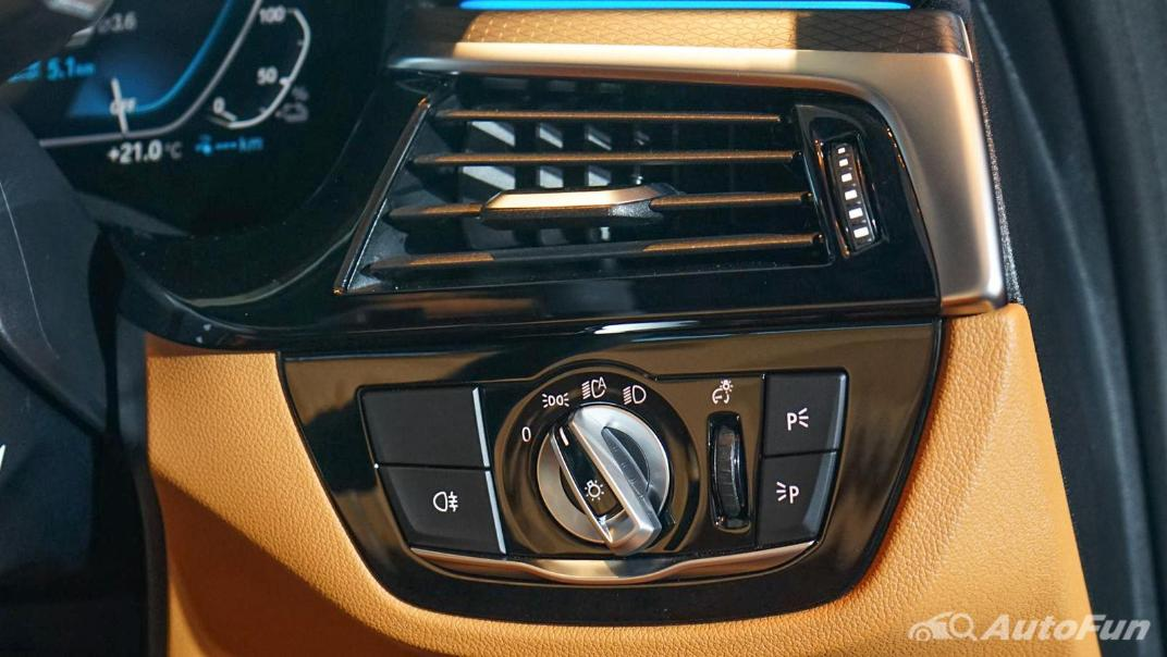 2021 BMW 5 Series Sedan 530e M Sport Interior 004