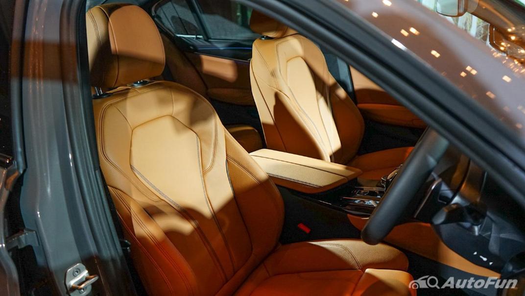 2021 BMW 5 Series Sedan 530e M Sport Interior 010