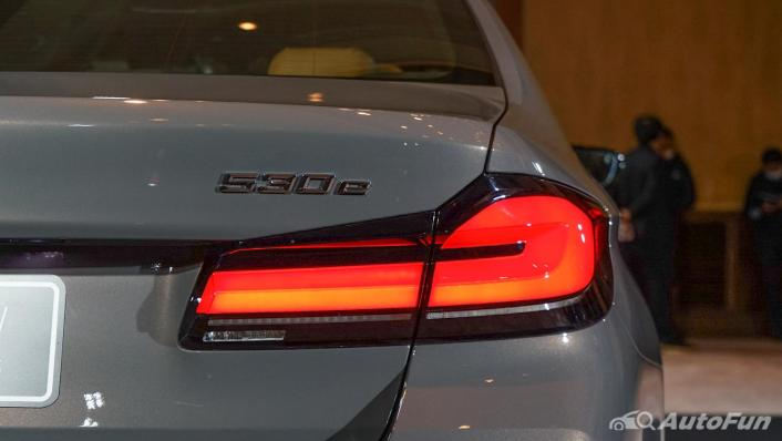 2021 BMW 5 Series Sedan 530e M Sport Exterior 010