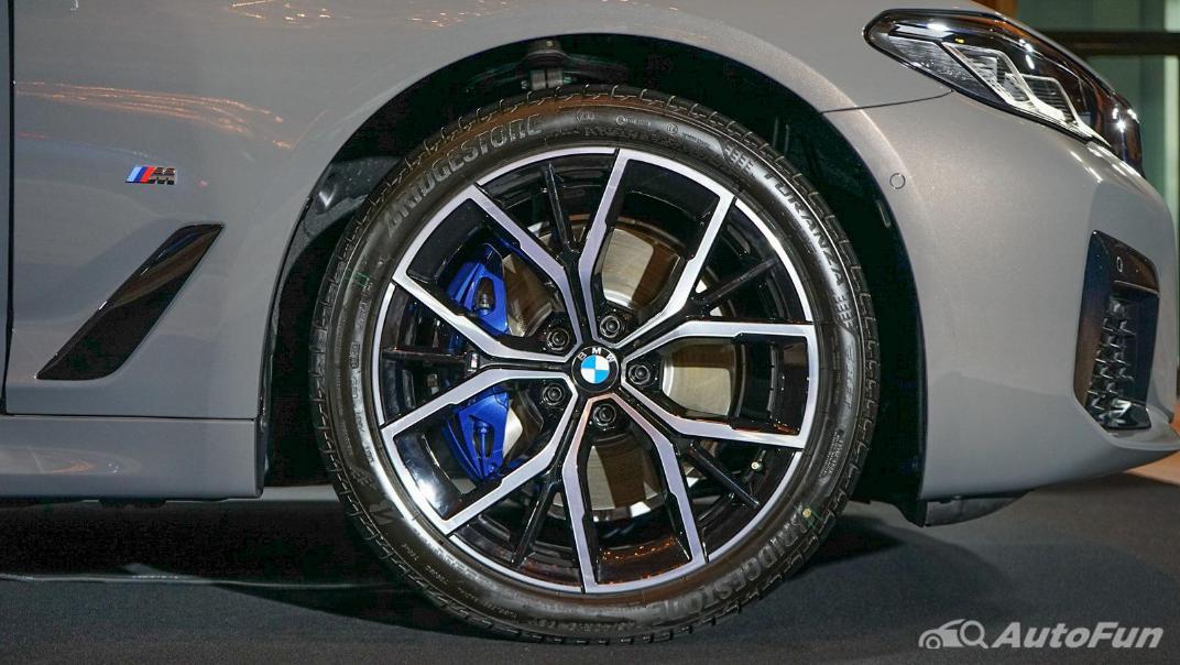 2021 BMW 5 Series Sedan 530e M Sport Exterior 021