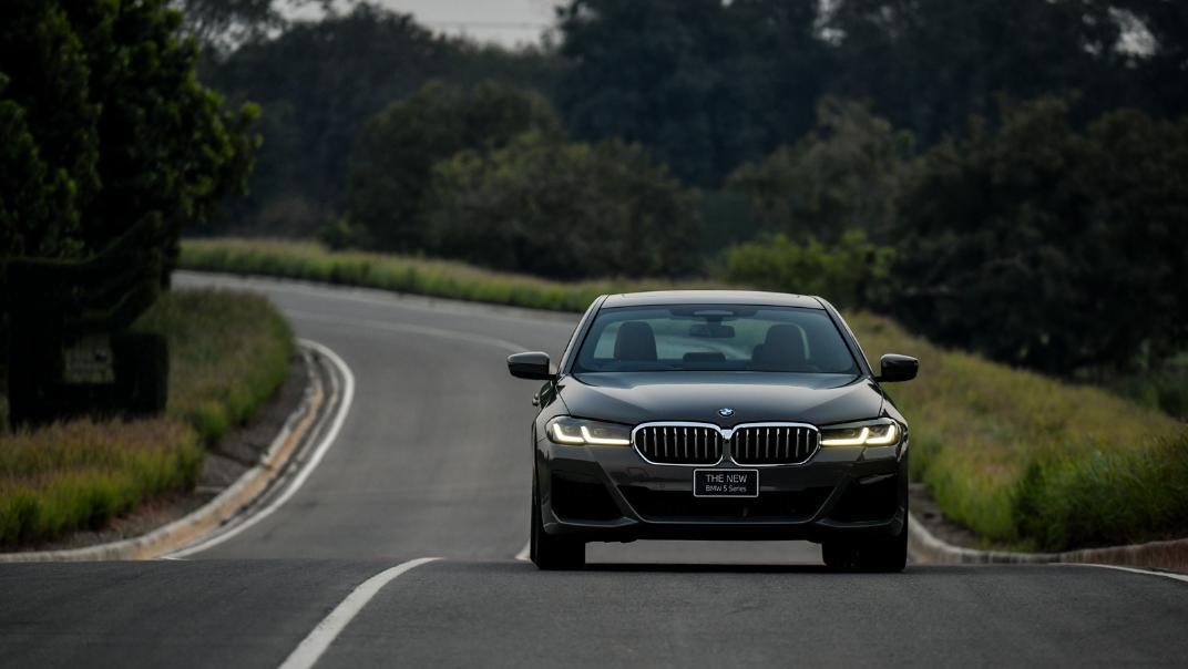 2021 BMW 5 Series Sedan 530e M Sport Exterior 047