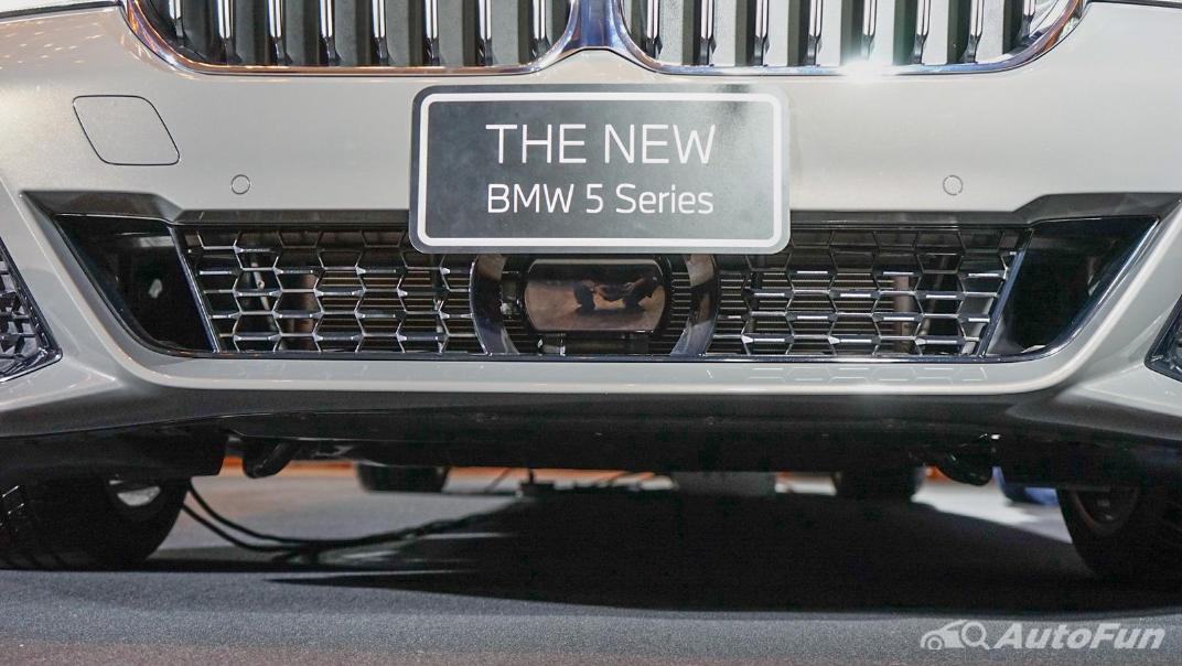 2021 BMW 5 Series Sedan 530e M Sport Exterior 012
