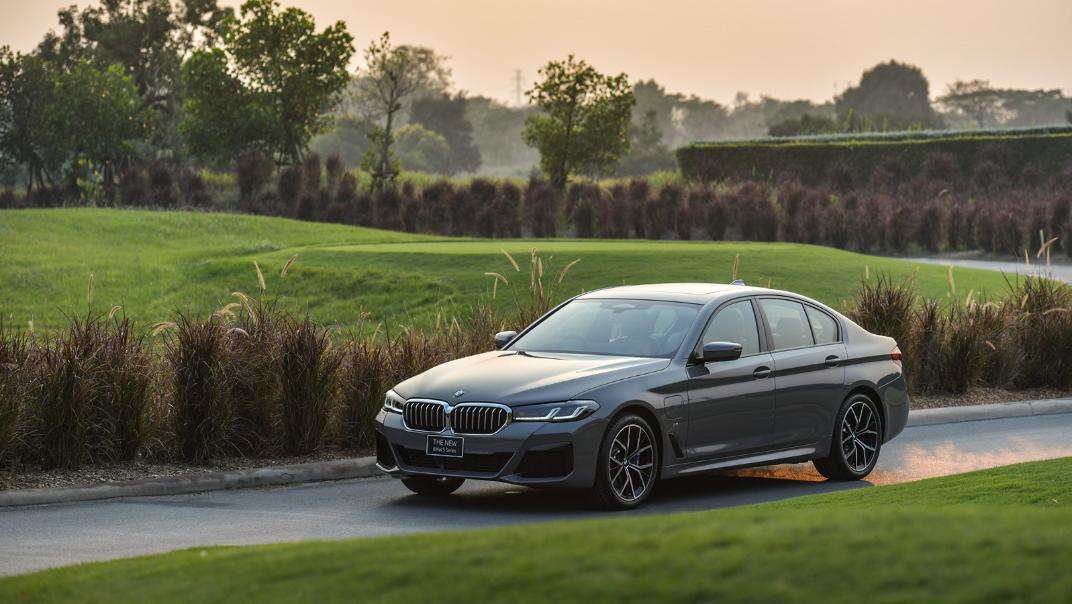 2021 BMW 5 Series Sedan 530e M Sport Exterior 043