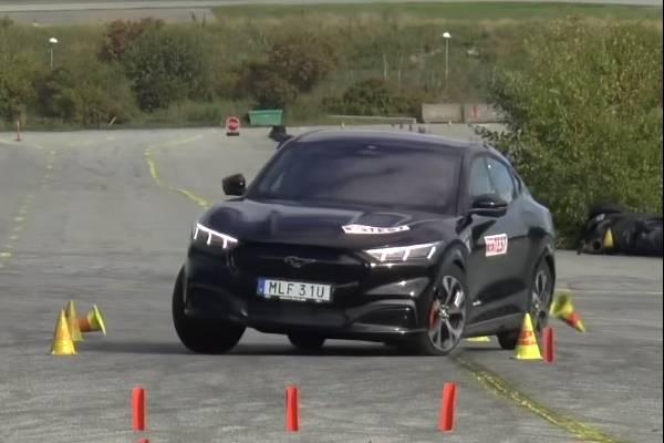 2021 Ford Mustang Mach-E ไม่ผ่านทดสอบหักหลบ แต่ Tesla Model Y ทำได้ดีกว่า น่าเชื่อถือจริงหรือ?