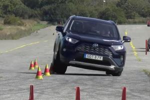 ทำไม Toyota มักสอบตกการทดสอบหักเลี้ยวหลบกะทันหัน (Moose test) และมันน่าเชื่อถือหรือไม่?