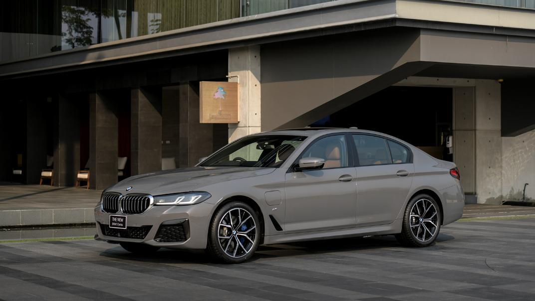 2021 BMW 5 Series Sedan 530e M Sport Exterior 031