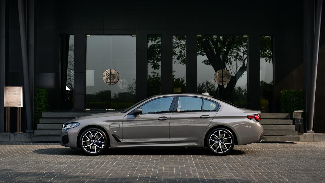 2021 BMW 5 Series Sedan 530e M Sport Exterior 030
